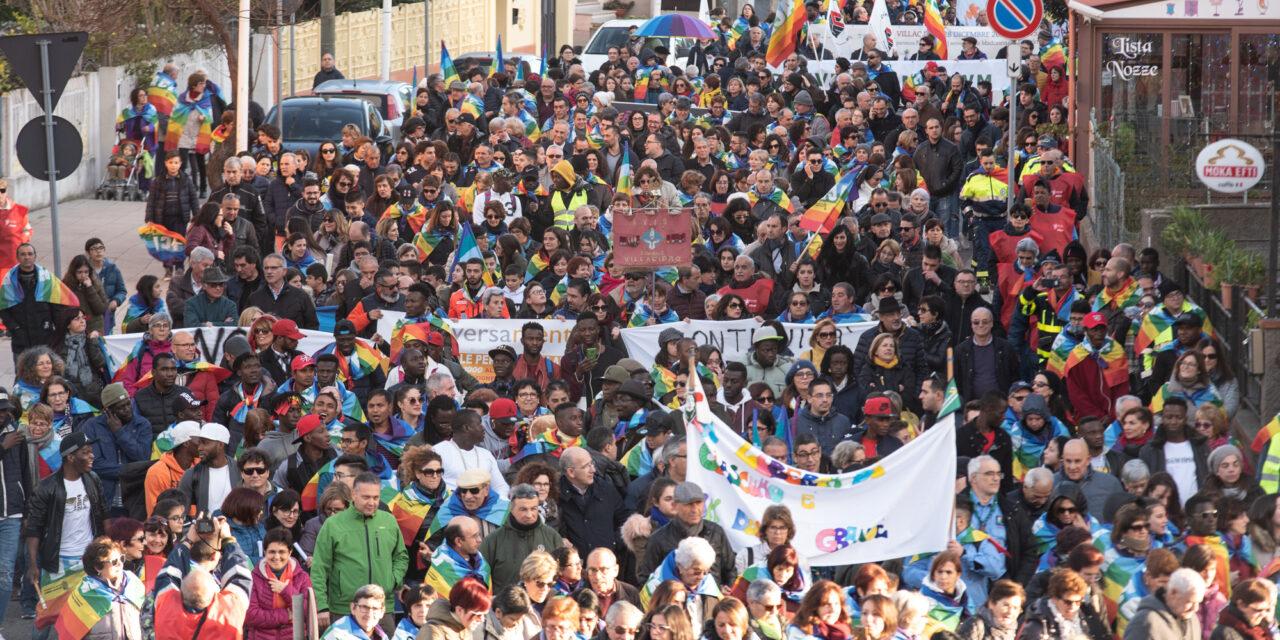 """Don Ciotti: """"Dobbiamo diventare lottatori di speranza. Resistere, perché resistere significa esistere"""". In migliaia alla 32esima Marcia della Pace a Villacidro"""
